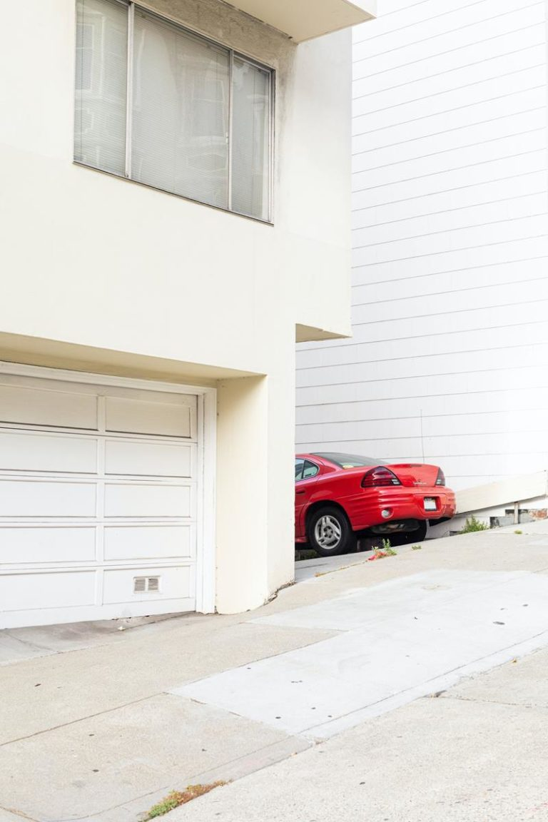 Brama garażowa. Dlaczego warto ją mieć?
