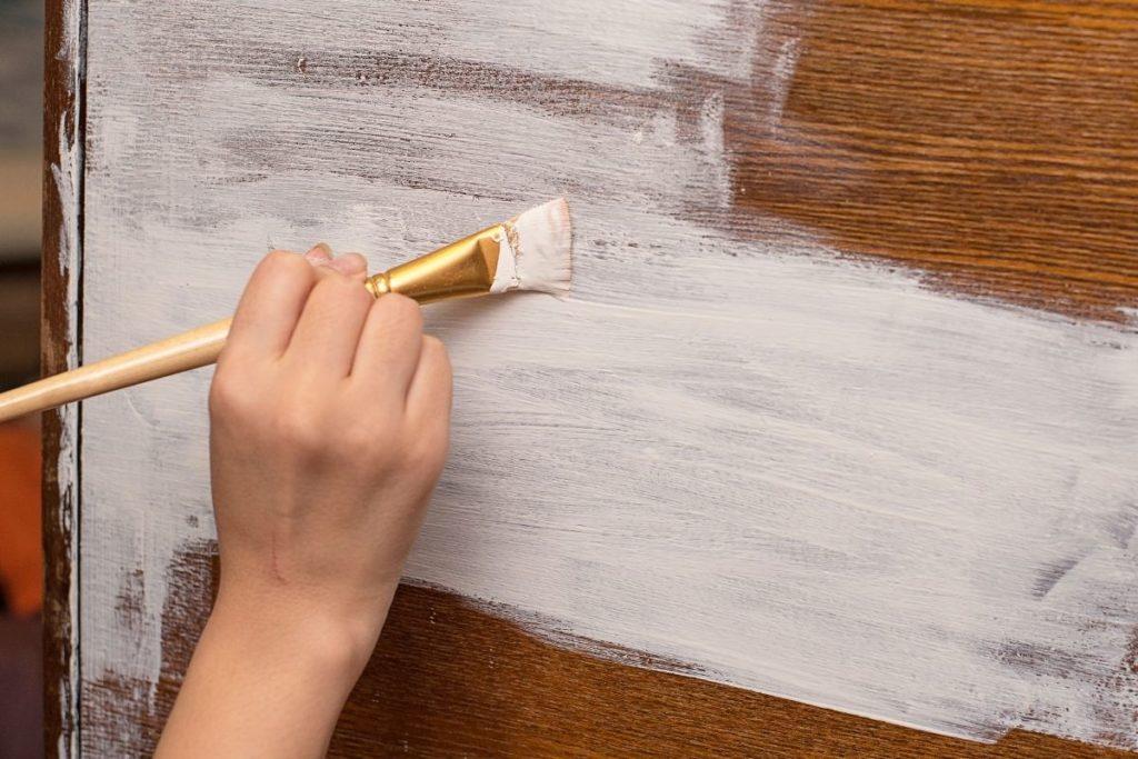 Malowanie farbą kredową do mebli Autentico
