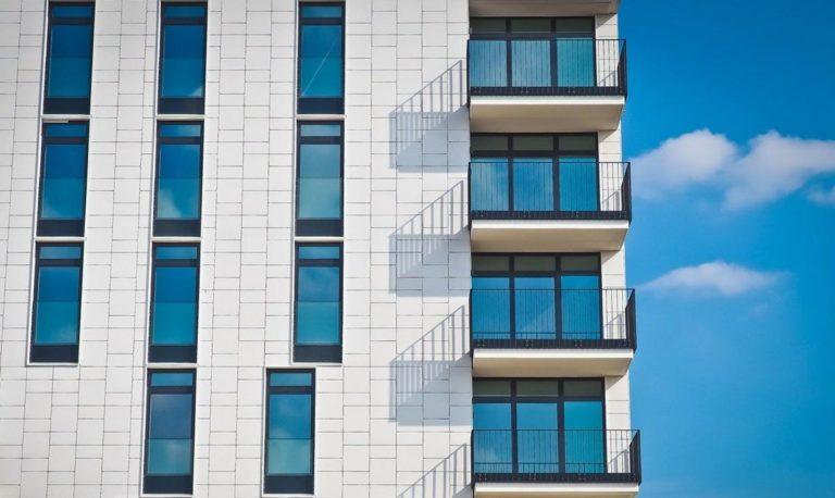 Zadbaj o odrobinę prywatności na swoim balkonie!