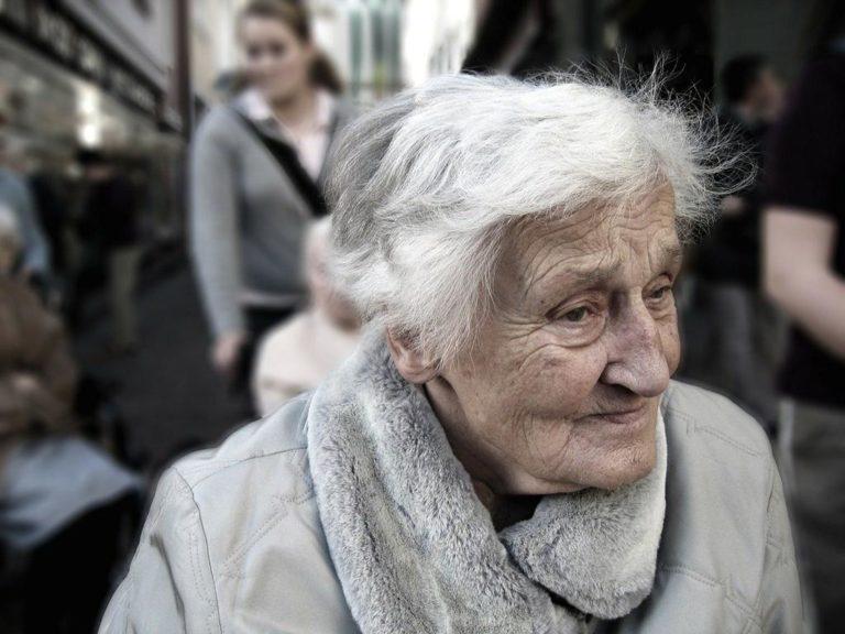 Jak można sprawdzić różne placówki dla seniorów?