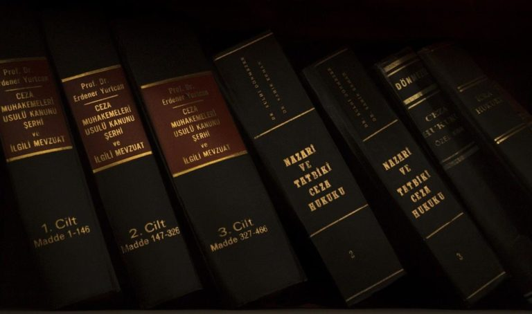 Jak wybrać odpowiedniego adwokata?